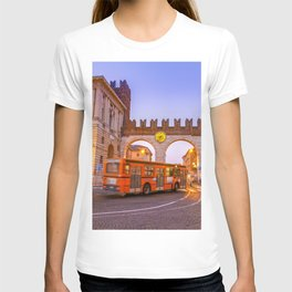 Verona City Architecture - A classic present for travel addicted that loves Italy, its architecture, and the city of Romeo and Juliet T-shirt