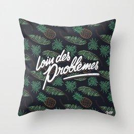 Loin des Problèmes Throw Pillow