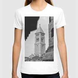 A small tower in the old city of Jerusalem, Israel | Black and white photography | Fine art print T-shirt